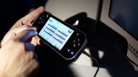 Movimiento de la pantalla de la ojeada del hombre en el monitor del gamepad para la película de observación