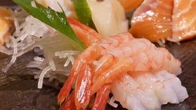 Movimiento de la placa deliciosa de los salmones de la rebanada y del sashimi crudos del camarón metrajes