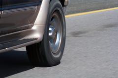 Movimiento de la rueda de SUV Fotos de archivo libres de regalías