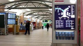 Movimiento de la señal y de los pasajeros de dirección con equipaje dentro del aeropuerto de YVR almacen de metraje de vídeo