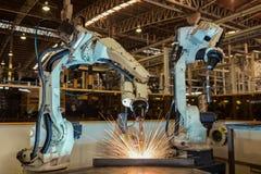 Movimiento de la soldadura del robot en fábrica Foto de archivo libre de regalías