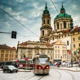 Movimiento de la tranvía en la calle Malostranske Foto de archivo libre de regalías