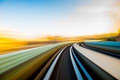 Movimiento de la velocidad en túnel urbano del camino de la carretera imagen de archivo libre de regalías
