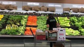 Movimiento de la verdura de la media del vendedor de la producción para la venta dentro de Walmart metrajes