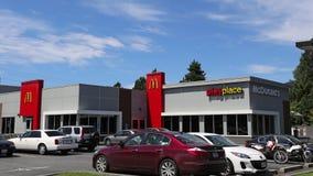 Movimiento de la vista exterior del restaurante de los alimentos de preparación rápida de Mcdonalds