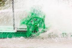 Movimiento de la vuelta verde de la turbina del agua Imagen de archivo libre de regalías