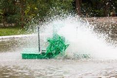 Movimiento de la vuelta verde de la turbina del agua Imagen de archivo