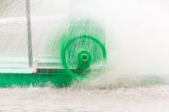 Movimiento de la vuelta verde de la turbina del agua Fotos de archivo libres de regalías
