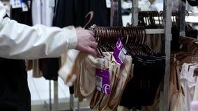 Movimiento de las bragas de compra de la mujer