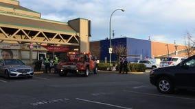 Movimiento de las luces de emergencia rojas y azules del coche de remolque en el camino para la escena del accidente de tráfico almacen de video