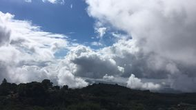 Movimiento de las masas de aire en las montañas de California Nubes y nubes de cúmulo metrajes