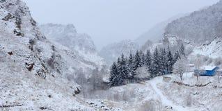 Movimiento de las nubes en el valle de las montañas de narzan rocoso Imagen de archivo libre de regalías