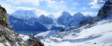 Movimiento de las nubes en las montañas Everest, paso de Renjo él Fotos de archivo libres de regalías