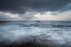 Movimiento de las ondas y de las nubes fuertes Foto de archivo libre de regalías