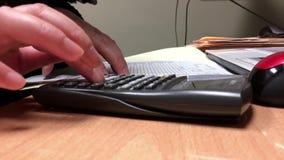 Movimiento de los costos calculadores del contable almacen de video