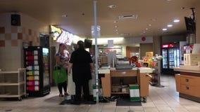 Movimiento de los estudiantes que compran comida en la cafetería