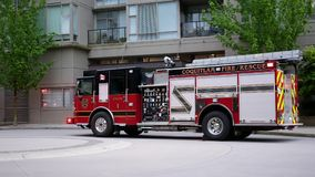 Movimiento de los vehículos del fuego y de la ambulancia que salen del apartamento almacen de metraje de vídeo