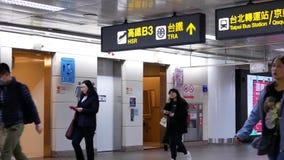 Movimiento de los viajeros que caminan dentro de la estación del MRT durante hora punta almacen de video