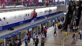 Movimiento de los viajeros que caminan y que toman el MRT durante hora punta