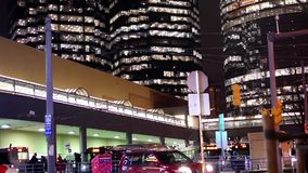 Movimiento de los viajeros que toman el autobús con los edificios de oficinas grandes