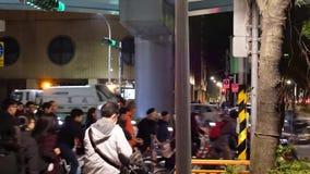 Movimiento de los viajeros y de los coches que pasan por el camino después de mirar el fuego artificial en la noche almacen de video