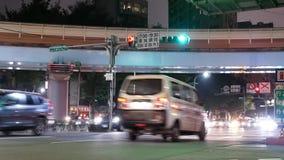 Movimiento de los viajeros y de los coches que pasan por el camino en la noche almacen de video