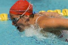 Movimiento de mariposa de la natación de la mujer Imagenes de archivo