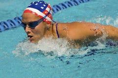 Movimiento de mariposa de la natación de la mujer Fotografía de archivo