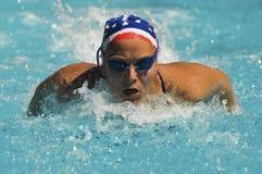 Movimiento de mariposa de la natación de la mujer Foto de archivo