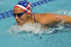 Movimiento de mariposa de la natación de la mujer Imágenes de archivo libres de regalías
