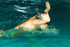 Movimiento de mariposa de la natación del atleta de la mujer en piscina Foto de archivo libre de regalías