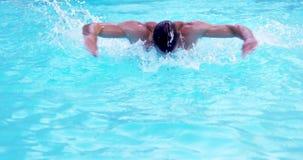 Movimiento de mariposa hermoso de la natación del hombre almacen de metraje de vídeo