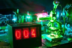Movimiento de micropartículas por el laser en laboratorio Imágenes de archivo libres de regalías