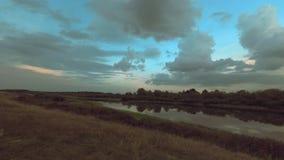 Movimiento de nubes a través del cielo sobre un paisaje hermoso almacen de video