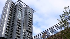 Movimiento de nuevos edificios residenciales de gran altura en el cielo nublado azul metrajes