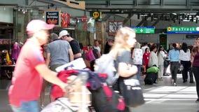 Movimiento de pasajeros con equipaje en el área internacional de la salida metrajes