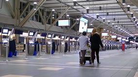 Movimiento de pasajeros con equipaje en el área de la salida almacen de video