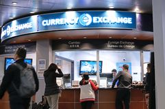 Movimiento de pasajeros en el lugar del cambio de divisas dentro del aeropuerto de YVR Foto de archivo libre de regalías