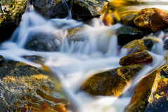 Movimiento del agua en las rocas Fotos de archivo libres de regalías