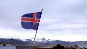 Movimiento del aleteo de la bandera de Islandia de la cámara lenta por el soplo del fuerte viento almacen de metraje de vídeo