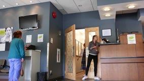 Movimiento del auxiliar médico que llama al paciente para tomar la radiografía