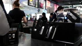 Movimiento del barista que hace el café para el cliente metrajes