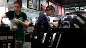 Movimiento del barista que hace el café para el cliente almacen de metraje de vídeo