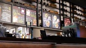 Movimiento del barista que prepara el café para el cliente en la cafetería