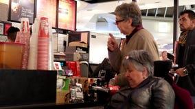 Movimiento del café que ordena de la gente en el contador de pago y envío almacen de video