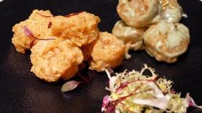 Movimiento del camarón frito con la salsa en la tabla metrajes