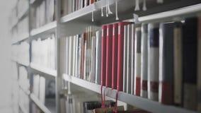 Movimiento del carro de Shelfs con los libros almacen de video