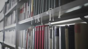 Movimiento del carro de Shelfs con los libros almacen de metraje de vídeo