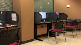 Movimiento del centro de ayuda vacío con el ordenador almacen de metraje de vídeo