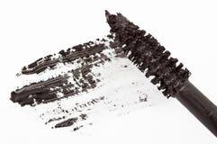 Movimiento del cepillo negro del rimel aislado en blanco Imagenes de archivo